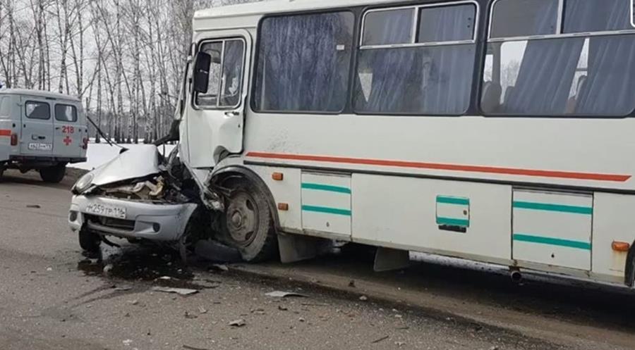 El vehículo en el que viajaba una mujer que murió, en Rusia, quedó destruido en un accidente de tránsito. (Foto Prensa Libre: Youtube)