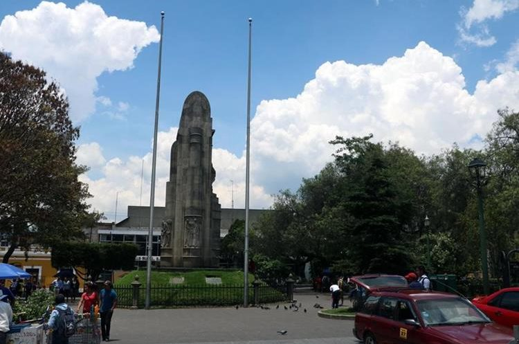 Por falta de soga las banderas no están en las astas que se hallan en el parque central. (Foto Prensa Libre: Carlos Ventura)