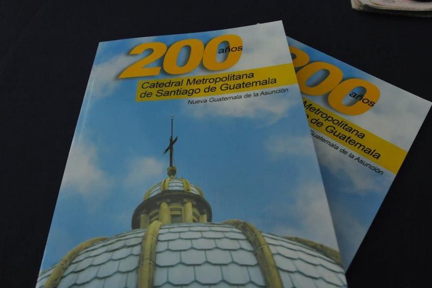 """El libro """"200 años, Catedral Metropolitana de Santiago de Guatemala, Nueva Guatemala de la Asunción"""" tiene 118 páginas. (Foto Prensa Libre: Ana Lucía Ola)"""