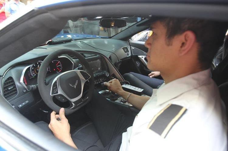 El Corvette fue utilizado para mostrar la nueva imagen de la PNC de color azul.