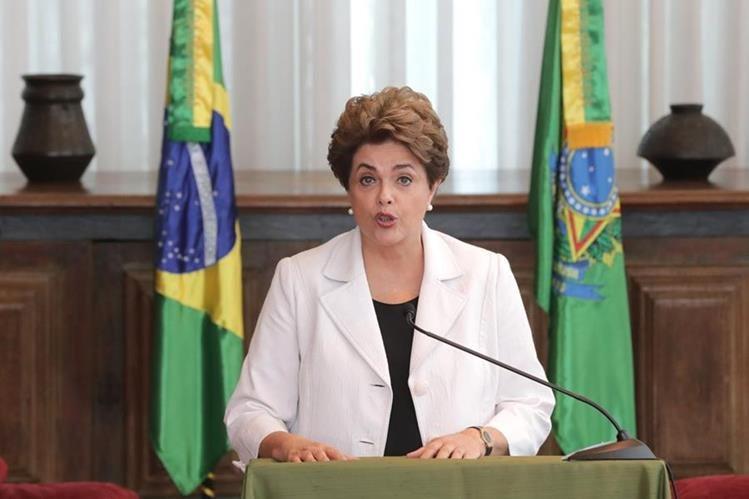 La suspendida presidenta de Brasil, Dilma Rousseff, durante el mensaje que brindó a los brasileños desde el Palacio de la Alborada en Brasilia. (Foto Prensa Libre: AP).