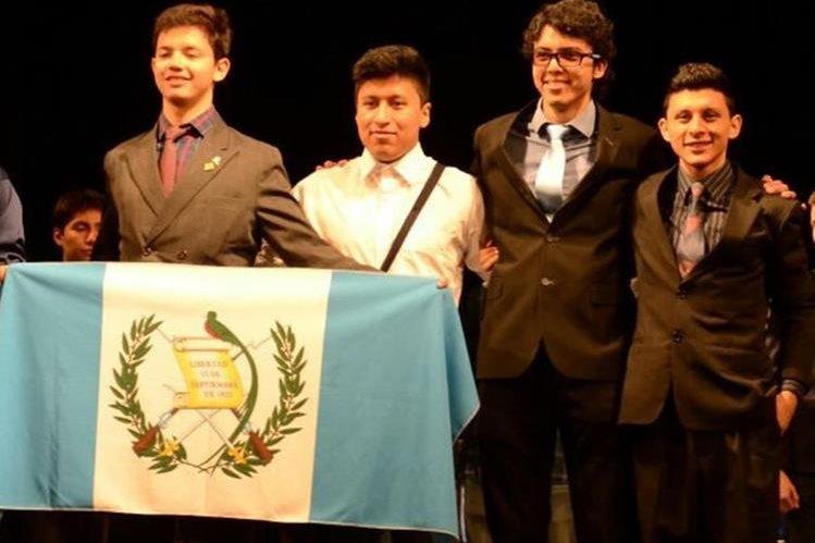 Participantes: Luis Ixquiac Méndez (bronce), Daniel Granados, Diego José González (bronce) y Felipe Ixcamparic Choy representaron al país en la final del certamen en Uruguay. (Foto Prensa Libre: Cortesía)