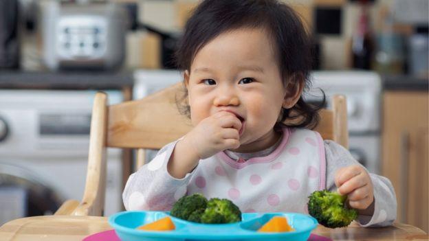 Dejar que los niños jueguen previamente con la comida incrementa las posibilidades de que la próxima vez se la coma de buena gana. (Foto: M-image)