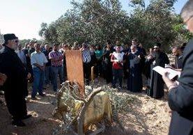 <em>Fieles y sacerdotes cristianos protestan contra la construcción del muro en Cremisán.</em>