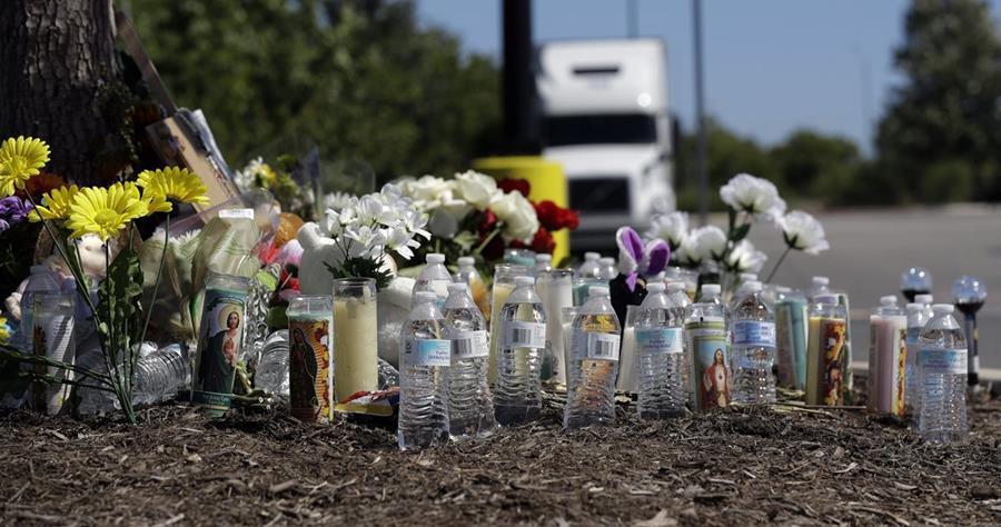Flores, velas y botellas de agua son parte del homenaje a cítimas que murieron en el camión.(AP).