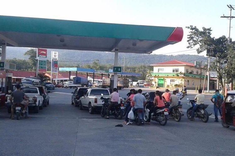 Automovilistas de Morales, Izabal, esperan abastecerse de combustible. (Foto Prensa Libre: Dony Stewart)