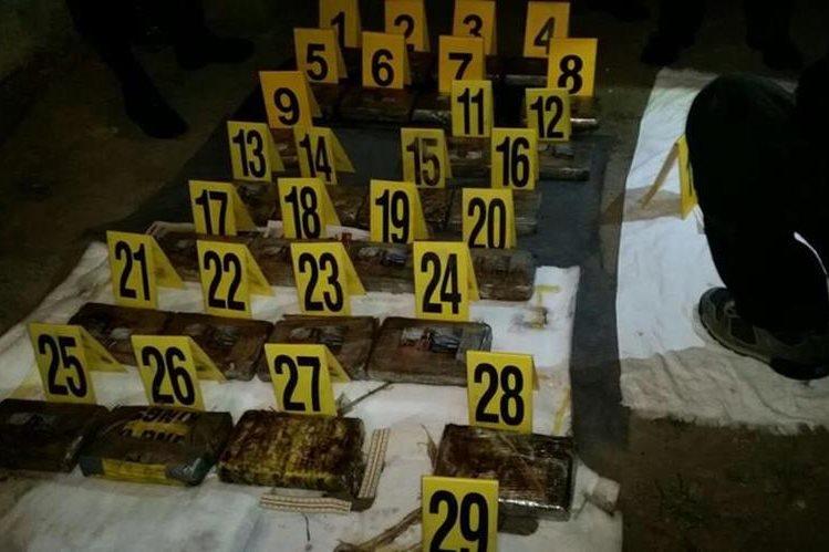 Agentes antinarcóticos localizaron 29 paquetes de cocaína en vehículo. (Foto Prensa Libre: PNC)