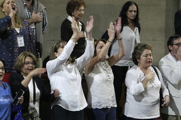 Ciudadanos que defendían la inmunidad de Jimmy Morales celebran en el palco del Congreso.(Foto Prensa Libre: Carlos Hernández)