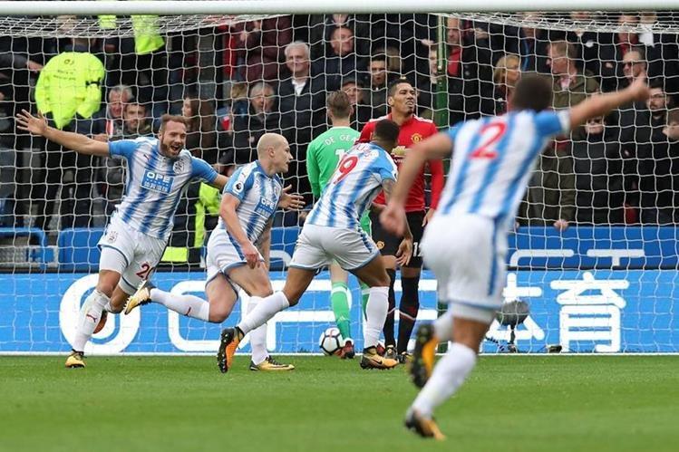 """Un momento memorable se vivió en el John Smith Stadium con el triunfo del Huddersfield sobre los """"red devils"""". (Foto Prensa Libre: AFP)"""