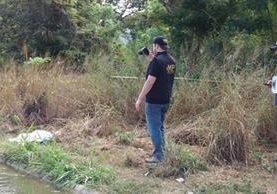 Peritos del Ministerio Público revisan el lugar donde fue hallado el cadáver de una niña. (Foto Prensa Libre: Víctor Gómez)