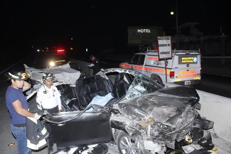 Vehículo queda destruido en el km 63 de la ruta Interamericana, Zaragoza, Chimaltenango, donde murieron dos personas. (Foto Prensa Libre: Víctor Chamalé)