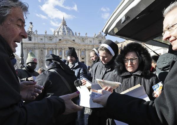 Monjas distribuyen comida y bebidas a los necesitados en la plaza de San Pedro. (AP).