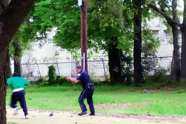 El policía dispara por la espalda a Walter Scott.  (Foto Prensa Libre:AP )