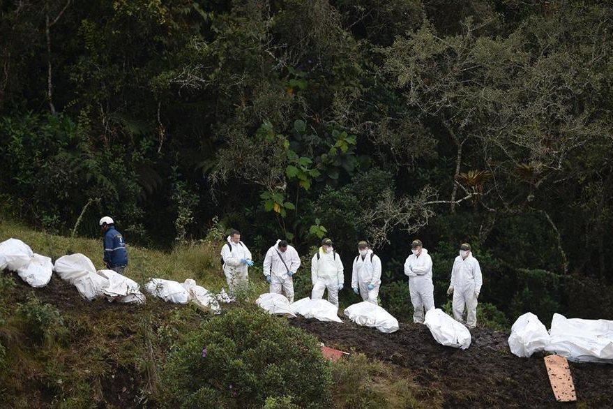 Forenses rescatan cadáveres de los pasajeros que viajaban en el avión de la copañía LaMia. (Foto Prensa Libre: AFP).