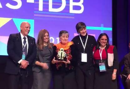 El premio fue entregado a las autoridades de la fundación. (Foto Prensa Libre: Fundal)