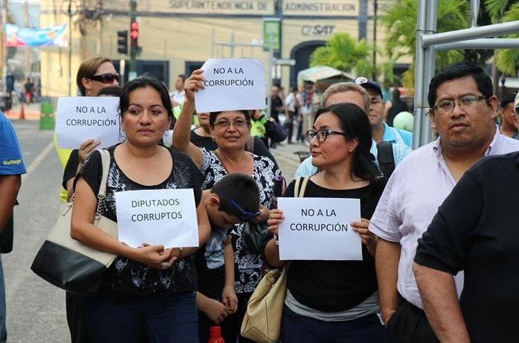 Un grupo de pobladores se manifiesta contra la corrupción en Chiquimula. (Foto Prensa Libre: Mario Morales)