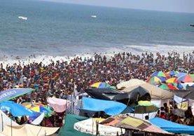 Cientos de visitantes se refrescan en la playa pública de Champerico, Retalhuleu. (Foto Prensa Libre: Rolando Miranda)