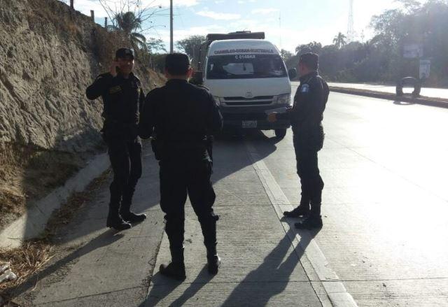 Agentes de la Policía Nacional Civil (PNC) llegaron al lugar del ataque. (Foto Prensa Libre: Héctor Contreras)