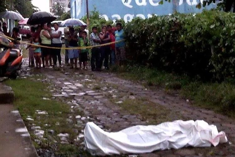 Curisos llegan a identificar el cadáver de Elías Barrios Pérez, en San Pablo, San Marcos. (Foto Prensa Llibre: Cortesía Bomberos Municipales Departamentales).