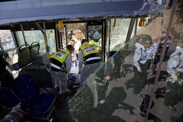 Personal de respuesta a emergencias atiende a heridos en una parada de autobús en Jerusalén.