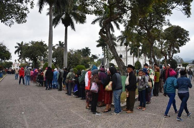 Hasta seis horas es el tiempo en que peregrinos hacen cola para poder venerar al Cristo Negro.(Foto Prensa Libre: Mario Morales)