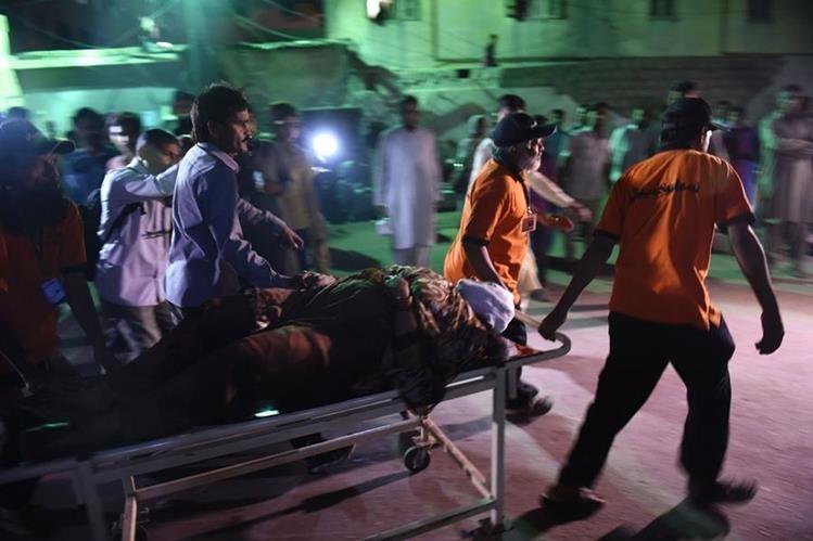 Socorristas trasladan a heridos a un centro asistencial. (Foto Prensa Libre: AP).