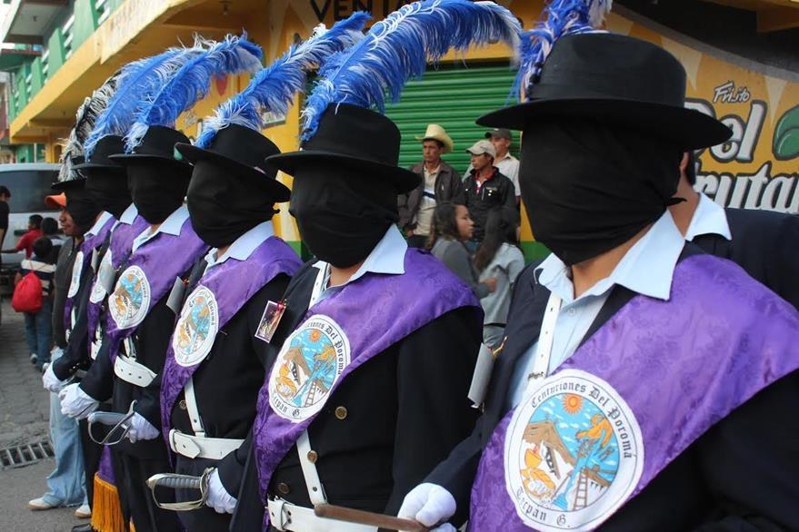 Los centuriones  de Tecpán, Chimaltenango, escenifican a soldados romanos. La tradición data de 1941, y en la actualidad existen ocho grupos que acompañan las procesiones del Domingo de Ramos y Viernes de Santo. (Foto Prensa Libre: José Rosales)