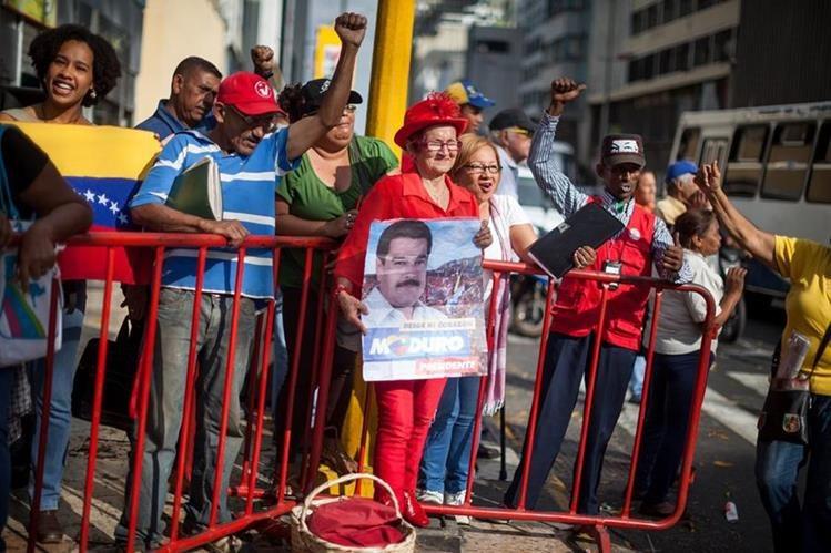 Seguidores de Nicolás Maduro se manifiestan en las inmediaciones de la Asamblea Nacional el jueves.(Foto Prensa Libre: EFE).