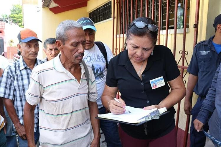 Los trabajadores despedidos, en el momento en que son informados la resolución de la  jueza, sore su reinstalación.(Prensa Libre: Cristian Icó)