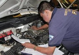 Un técnico de la Deic verifica que la identificación del vehículo sea la correcta. (Foto Prensa Libre: Cortesía PNC)