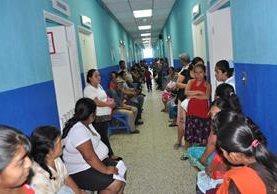 Vecinos esperan ser atendidos en el Hospital Regional de Coatepeque, por síntomas de dengue y chikungunya. (Foto Prensa Libre: Édgar O. Girón)