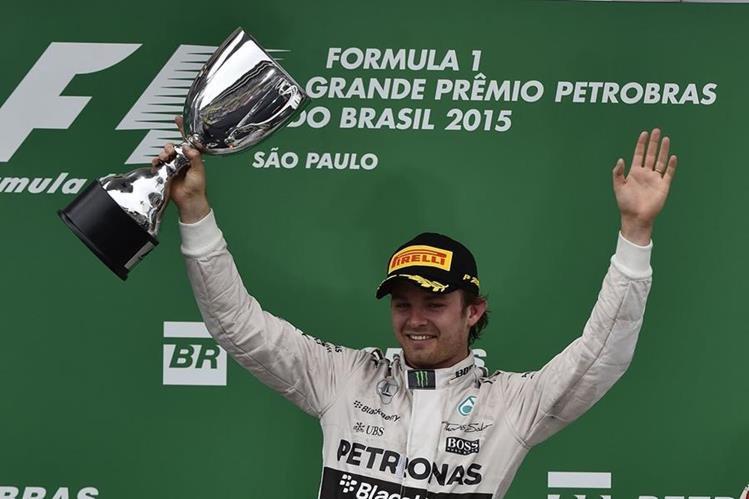 El piloto alemán Nico Rosberg celebra en el podio al ganar el GP de Brasil. (Foto Prensa Libre: EFE)