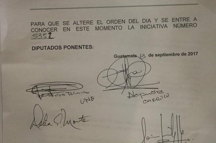 Los diputados que firmaron la moción para alterar el orden del día. (Foto Prensa Libre: Jessica Gramajo)