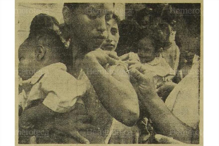 17/11/1971 Vecina de El Quetzal, San Marcos, sostiene a su hijito mientras le aplican la vacuna contra la viruela. (Foto: Hemeroteca PL)