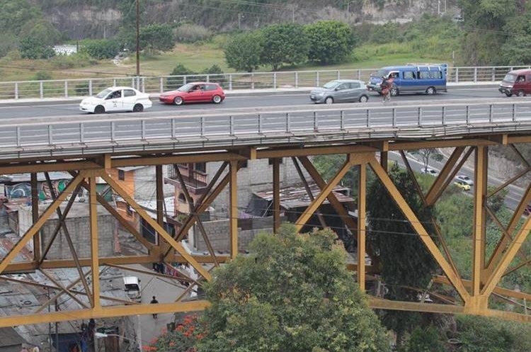 Decenas de familias que viven bajo el puente Belice viven con el temor de un pronto colapso de la estructura. (Foto Prensa Libre: Érick Ávila)