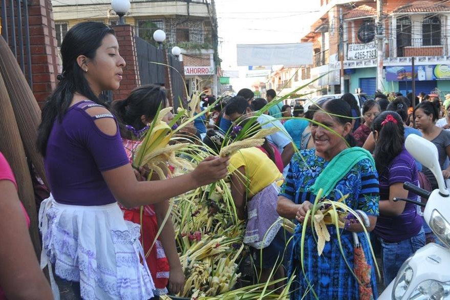 Vendedora ofrece ramos en Coatepeque, Quetzaltenango. (Foto Prensa Libre: Alexánder Coyoy).