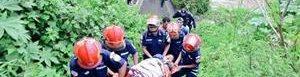 Bomberos rescatan a niño.