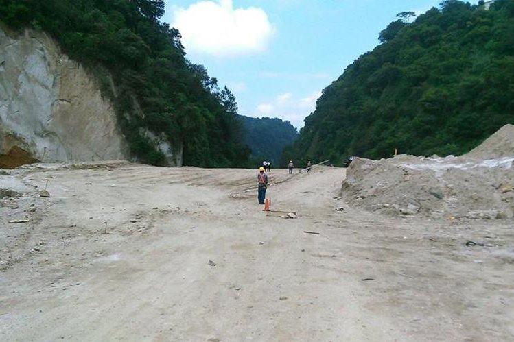 Labores de saneamiento en el área que quedó sepultada en El Cambray 2, Santa Catarina Pinula. (Foto Prensa Libre: Carlos Álvarez)