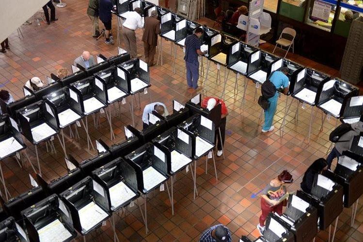 Electores hacen fila para votar, el lunes reciente, en un colegio electoral de Miami, Florida. (Foto Prensa Libre: EFE).