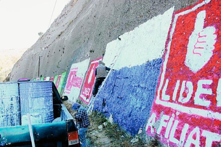 Movimientos ciudadanos han comenzado a retirar propaganda y pintar postes, rocas y muros de blanco, cubriendo la propaganda electoral. (Foto: Hemeroteca PL)