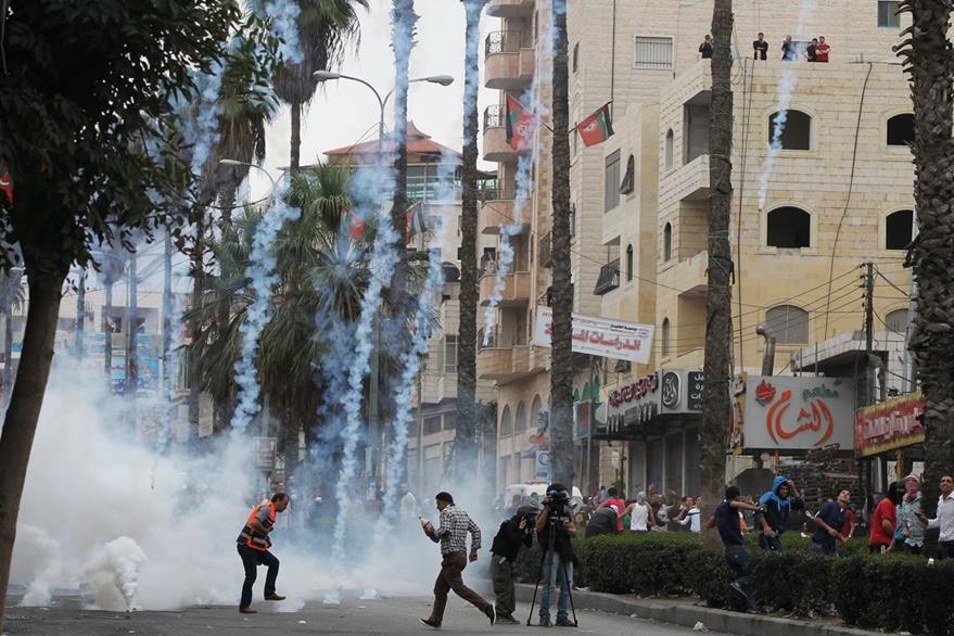 Los combates entre palestinos y judíos continúan, en la imagen bombas lacrimógenas son lanzadas durante una protesta. (Foto Prensa Libre: AFP).