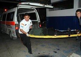 Bomberos voluntarios ingresan en la amergencia del hospital nacional de Jalapa a uno de los hombres heridos en ataque armado en el barrio La Democracia. (Foto Prensa Libre: Hugo Oliva)