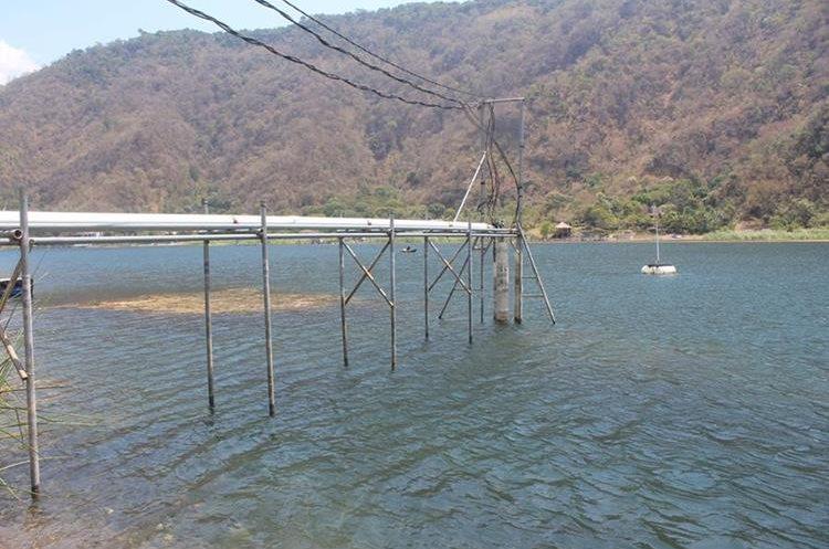 El agua del Lago es utilizada por hoteles y restaurantes según vecinos.(Prensa Libre: Ángel Julajuj)