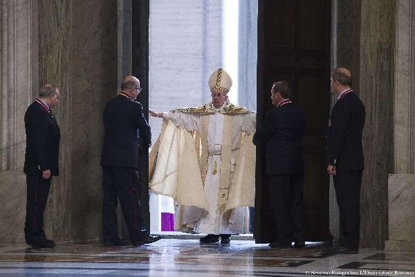 El Papa abrió as grandes puertas de bronce de la basílica de San Pedro para lanzar su año santo de la misericordia. (Foto Prensa Libre:AP)