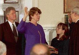 Janet Reno (c) es juramenta como Fiscal General, el 12 de marzo de 1993 por el juez Byron White. (AP).