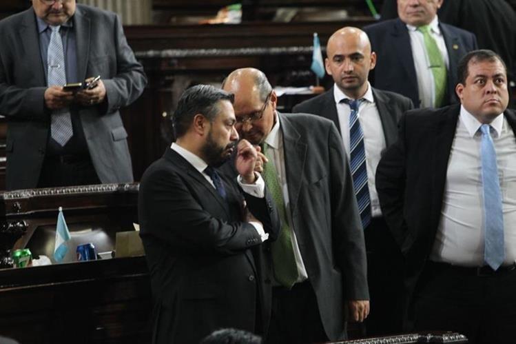 Orlando Blanco, de la UNE, conversa con el oficialista Javier Hernández. (Foto Prensa Libre: Érick Ávila)