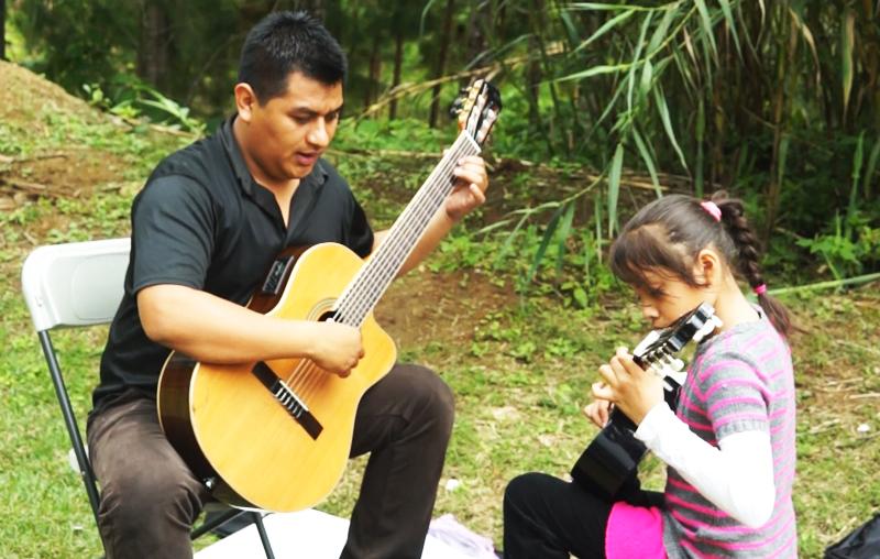 Un maestro brinda clases a una niña. (Foto Prensa Libre: Josué León)