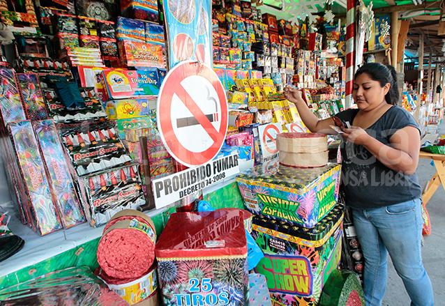 Actualmente se tiene más control sobre las ventas de cohetillos para evitar percances. (Foto: Hemeroteca PL)