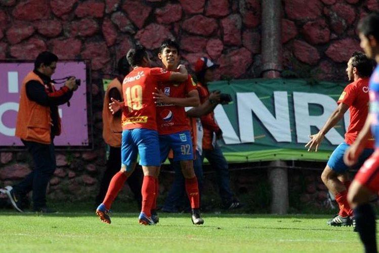 Los jugadores de Municipal festejan después del primer gol. (Foto Prensa Libre: Norvin Mendoza)