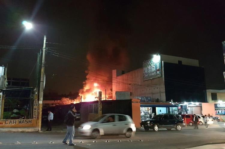 Las llamas consumieron varios vehículos. Foto Prensa Libre: Dalia Santos.